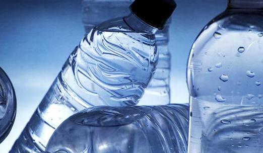 很少有天然井水面市;同时桶装水存放时间短,易变质,与饮水机连接使用